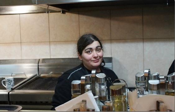 Maria in haar grote keuken.