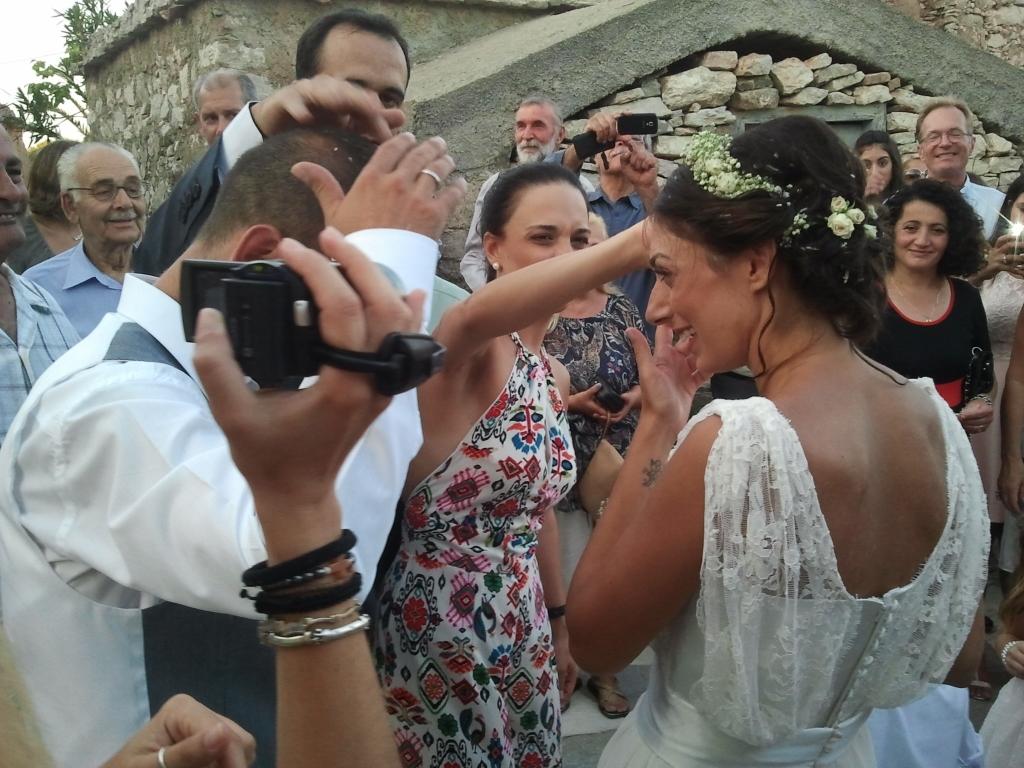 Het mooie bruidspaar, Jiannis en Elefteria, zijn bedekt met een laagje rijst. Een bruiloft met alle toeters en bellen die je maar kon bedenken.