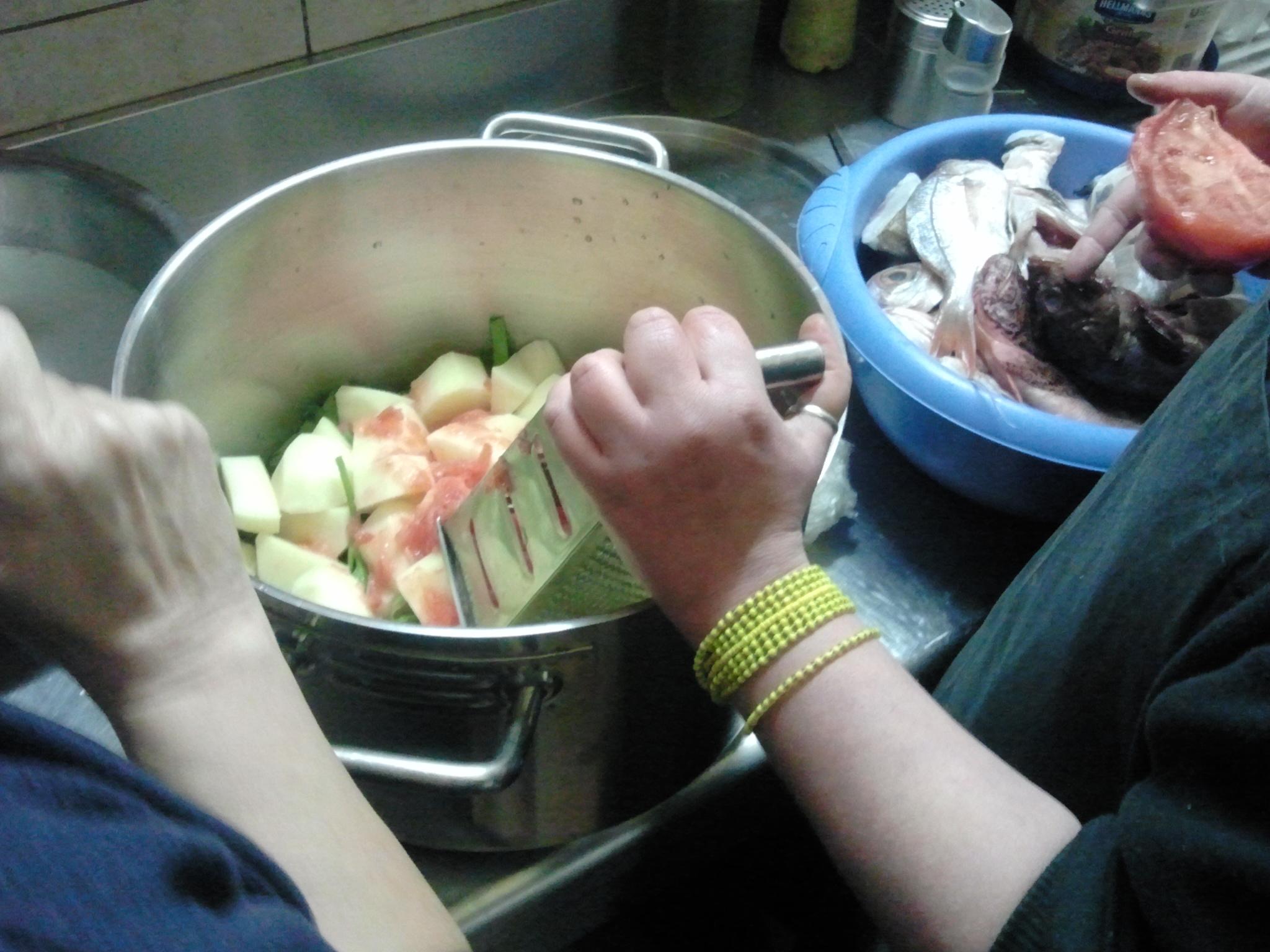 Aardappelen en groente gaan eerst in de pan.