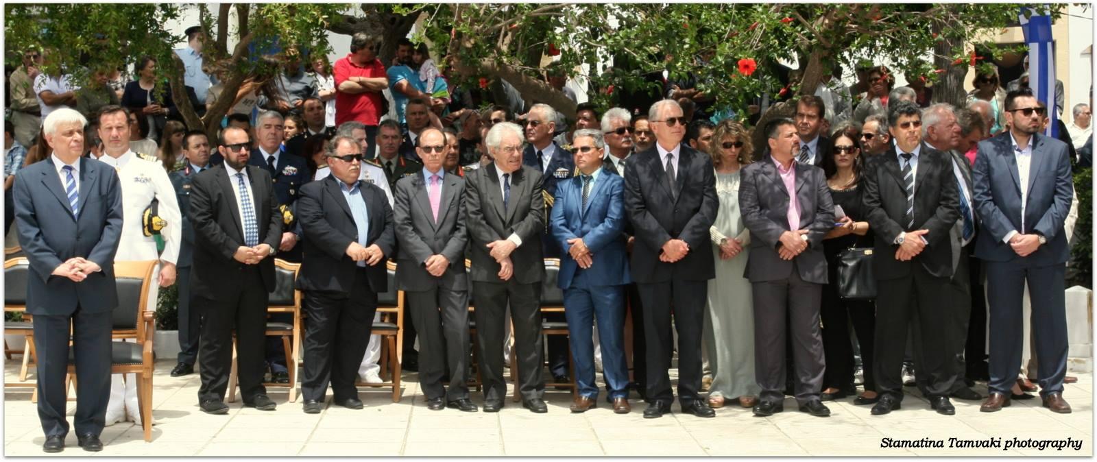 De president staat geheel links met naast hem de burgemeester van Kythira.