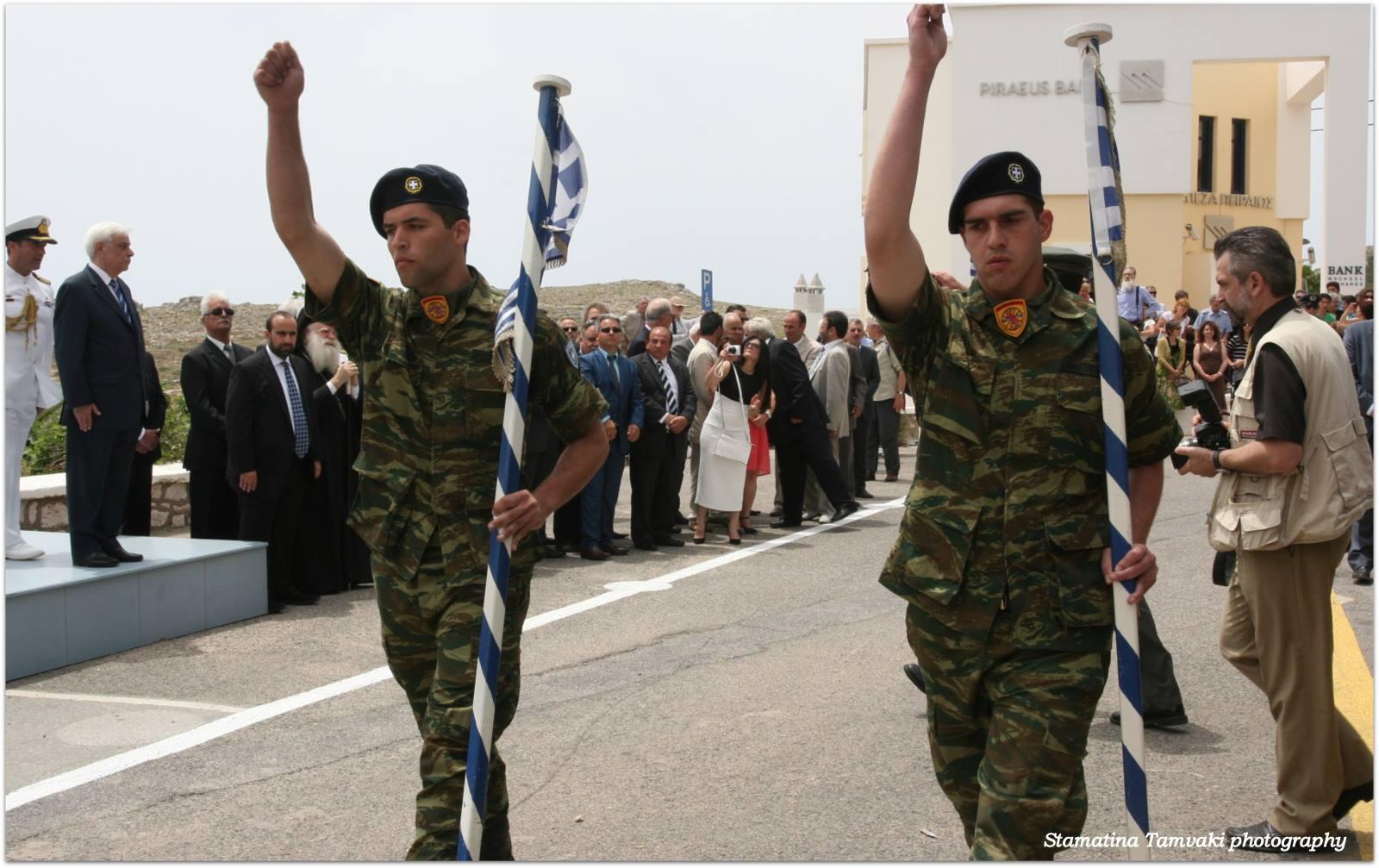 De president kwam met zijn militaire gevolg.