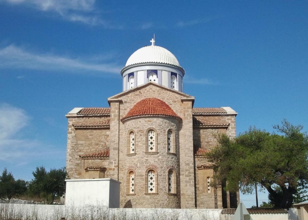 De strak geverfde kerktoren in Aroniadika, een herkenbaar punt op het eiland.