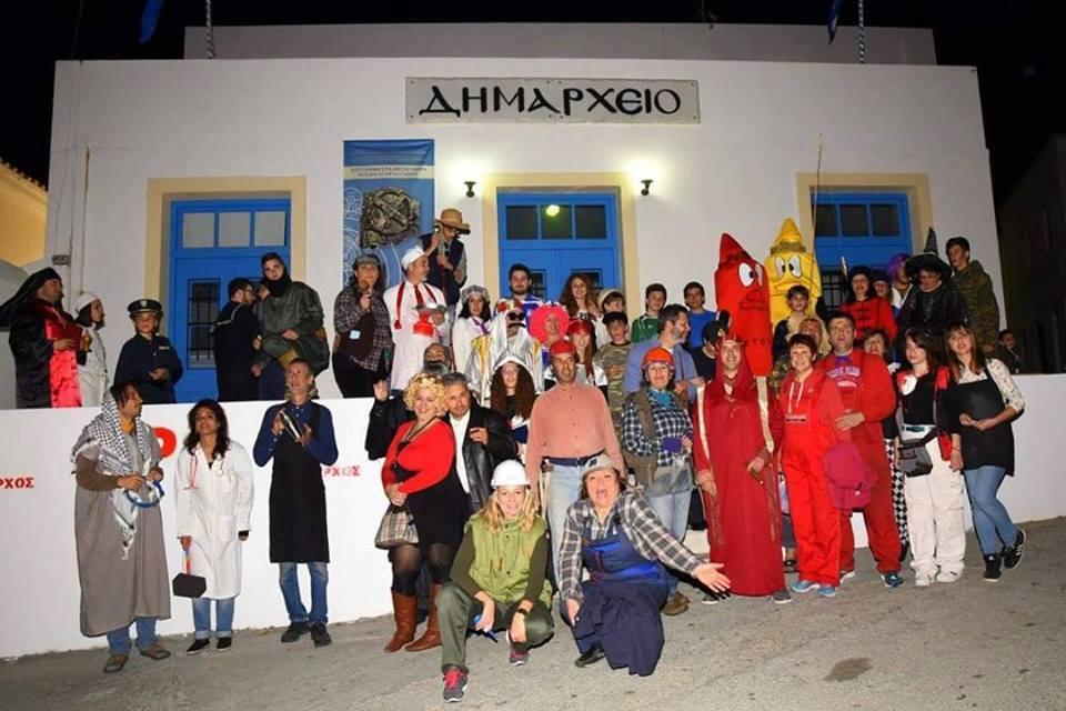Voor het gemeentehuis in Choro. Foto Stratos Charchalakis, de burgemeester.