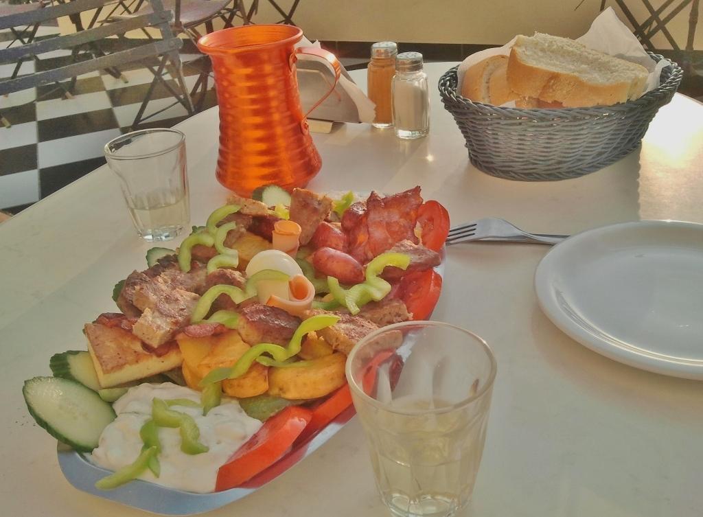 Bestel eens een 'pikilia,' een bordje met Griekse snacks, groot of klein of met een Griekse salade. Dat is weer eens iets anders.,