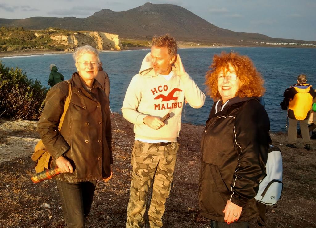 Met z'n allen staan we op de muren van het 4000 jaar oude Skandia, Albert met Marja en Caroline.
